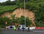 乗用車など3台が土砂崩れに巻き込まれた現場(7月9日午前10時25分、京都市西京区大枝沓掛町・沓掛インターチェンジ)