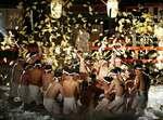 人形が舞う中、御手洗池に飛び込んで斎串を奪い合う氏子ら(7日午後7時35分、京都市左京区・下鴨神社)