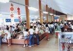 1980年代、丹波地域の特産がずらりと並んだ土産物コーナー。多くの買い物客でにぎわった