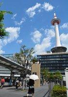 強い日射で38度を超えた京都市内(15日午前10時半、京都市下京区のJR京都駅前)