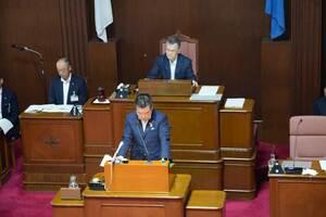 提案説明で相次ぐミスを陳謝した三日月知事(大津市・県議会議場)