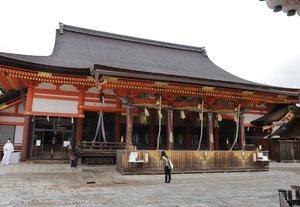 今年は新型コロナを受けて「お千度」は中止に。境内は閑散としていた(7月7日午前、京都市東山区・八坂神社)