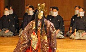 地謡が全員マスクを着けた異例の姿で再開された京都観世会例会の能舞台(京都市左京区・京都観世会館)