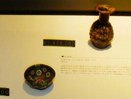 古代ローマ帝国時代につくられたとされる杯状の器(左手前)と、1~2世紀にシリアで生産されたとみられる小瓶(右奥)