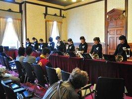 重厚な造りの府庁旧本館でハンドベルを演奏する生徒たち(京都市上京区)