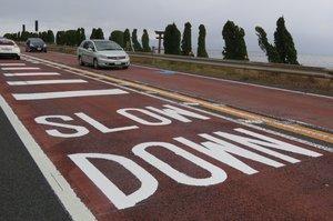 白鬚神社近くの国道161号に書かれた英語の路面標示