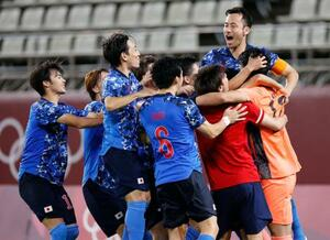 PK戦の末、ニュージーランドに勝利し、準決勝進出を決め大喜びの吉田(上)ら日本代表=カシマスタジアム