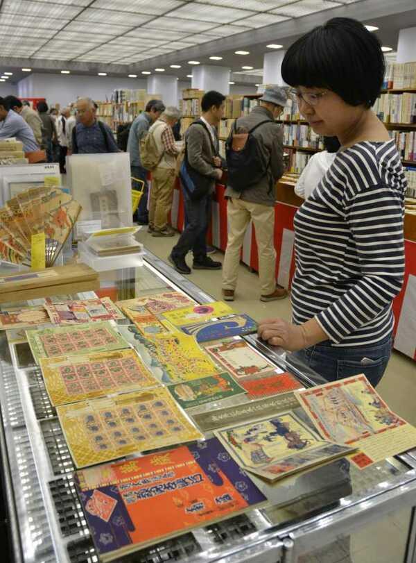 大正、昭和の天皇即位を祝った品々なども並んだ古書の即売会(京都市左京区・みやこめっせ)