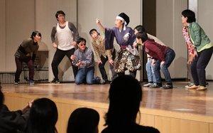 那須与一が金魚すくいに挑戦するミュージカルの場面(京都府亀岡市余部町・ガレリアかめおか)