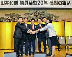 山井氏の集会で握手を交わした立民の福山幹事長(左端)や国民の泉健太政調会長(右から2人目)ら=京都市下京区のホテル