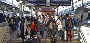 荷物を抱えた人たちで混雑する新幹線のホーム(4日午前9時5分、京都市下京区・JR京都駅)