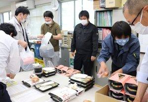 テークアウトの弁当を並べる町職員たち(京丹波町蒲生・町役場)