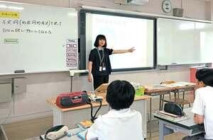 京都光華中の英語の授業。電子黒板の横に授業の流れを示す一覧があり、周りに注意を引くような掲示物はない(京都市右京区)