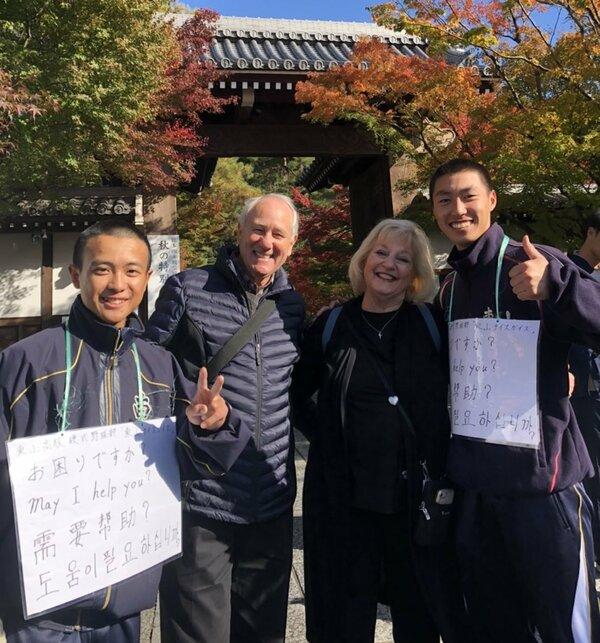 昨年の京都旅行で出会った東山高の野球部員と記念写真に収まる米国人夫婦(2019年11月、京都市左京区)