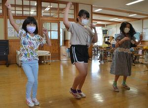 BTSの音楽に合わせて踊る児童(京丹波町曽根・丹波ひかり小)