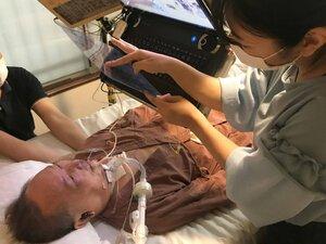京都の嘱託殺人事件について文字盤を介して語るALS患者の増田英明さん(23日、京都市左京区)