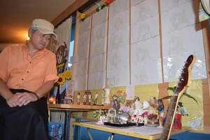 犠牲者を悼んで貴重な原画や人形が並べられた店内と店長の水本さん(滋賀県豊郷町八目・「ルーチェ・カルマ」)