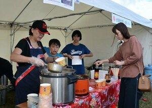 台湾の食品などを扱うブースが並ぶ会場(京都市西京区・嵐山東公園)
