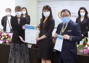 新型コロナウイルス対策をまとめたガイドラインを発表する「日本水商売協会」の関係者=22日午後、東京都港区