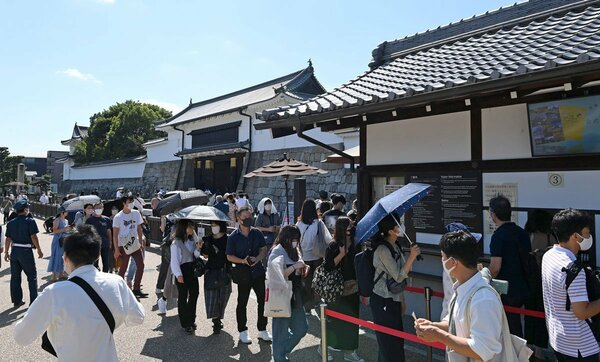 二条城前でチケットを求めて行列を作る人たち(21日午後1時4分、京都市中京区)