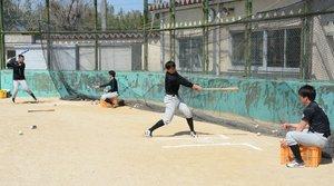 開幕に向けて打撃練習を繰り返す滋賀ブラックスの選手(滋賀県竜王町)