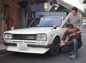 日産・スカイラインの整備に精を出す山中康史さん(手前)と父の均さん=京都府舞鶴市溝尻 ※画像の一部を加工しています