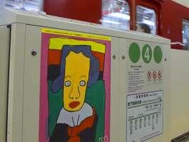 市営地下鉄四条駅のホームドアに飾られた障害者支援施設「DO」の利用者の絵(京都市下京区)