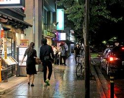京都市内の夜の繁華街。飲み会や接待を伴う飲食店での感染防止の取り組みが求められている(21日夜)