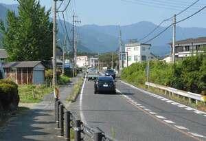 オートバイとシカが衝突したとみられる県道の現場付近。付近には住宅が点在し、山林とは1キロほど離れている(大津市八屋戸)