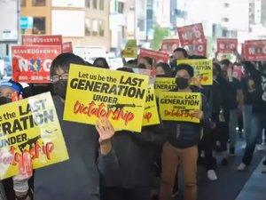 5月に東京で行われた、国軍に対する抗議デモの様子=ユーチューブ番組から