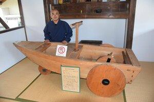 「新製陸舟奔車」の復元品。手塚住職は「彦根の新たな観光資源になれば」と話す(彦根市中央町・長松院)