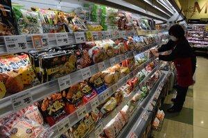 在庫を豊富に用意している小売店の商品棚(京都市中京区)