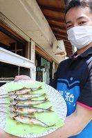 焼きたてを楽しめることで人気がある「アユガーデン」のアユの塩焼き(京丹波町坂原・道の駅「和」)