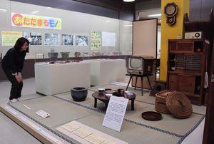 昭和30年代の茶の間などを再現した企画展(宇治市折居台・市歴史資料館)