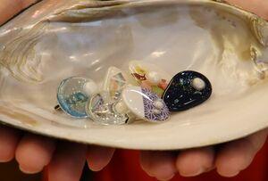 樹脂の中に琵琶湖産の淡水真珠を入れたアクセサリー「ビワーチ」(守山市守山1丁目・「ビワコ・パール・サプライズ」)