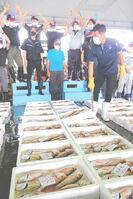底引き網漁が解禁され、初競りで競り落とされるノドグロ(舞鶴市下安久・舞鶴地方卸売市場)