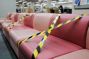 一部の席にテープを張り、利用を制限して再開する宇治市中央図書館(同市折居台)