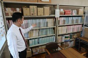 会社から送られてきた求人票をとじたファイル。コロナ禍で高校生の就職活動にも影響が出ている(京都市伏見区・京都すばる高)