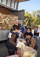 東日本大震災の発生後、府民から寄せられた支援物資をトラックに積み込むボランティア(2011年4月、京都府向日市・京都向日町競輪場)