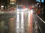 激しい雨で冠水した丸太町通(31日午後8時5分、京都市上京区丸太町通東洞院東入ル)