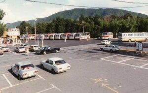 1980年代、駐車場にずらりと並んだ観光バス