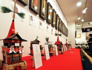 各山鉾町のちまきやミニチュアが並ぶ会場(京都市東山区・ぎゃらりぃ西利)