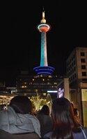 子宮頸がん撲滅キャンペーンで青緑色と白色にライトアップされた京都タワー(17日午後6時、京都市下京区)