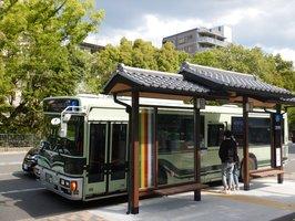 バス停移設を機に、瓦屋根の待合スペースが整備された「一条戻橋・晴明神社前」停留所(京都市上京区)