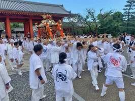 法要の後、威勢の良い掛け声で大神輿を持ち上げる氏子ら(京都市東山区・三十三間堂)