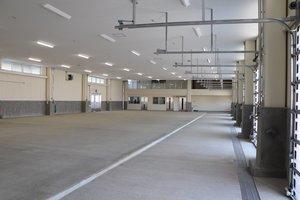 新たに整備された間人地方卸売市場。奥の2階部分には競りを見学できるスペースがある(京丹後市丹後町・間人漁港)