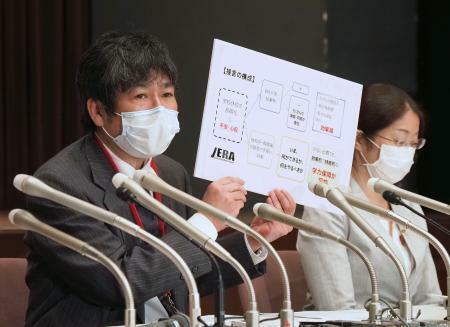 記者会見する日本教育学会の広田照幸会長(左)=22日午後、文科省
