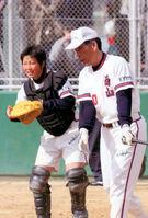京都西山高3年の清原(左)とノックを打つ吉田監督(2009年)