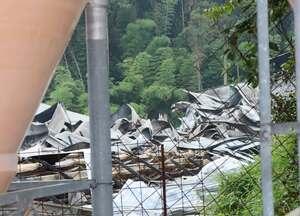 火災で全焼した養鶏場の鶏舎(28日午前7時15分、亀岡市千代川町)
