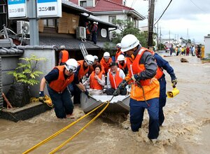 台風18号による豪雨で浸水した家から救出され、消防隊員にボートで運ばれる住民(2013年9月16日、京都市伏見区下鳥羽長田町)